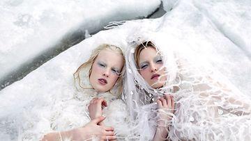 Ruotsalaiset mallit Theres Alexandersson ja Linn Arvidsson Northern Women in Chanel -kirjan kuvassa.