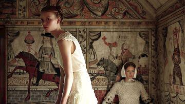 Ruotsalainen malli Julia Hafstrom Northern Women in Chanel -kirjan kuvassa.