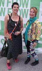 Leenalla (vas.) ja Katilla on erilaiset mieltymykset #flowfestival-pukeutumiselle. Kati suosii värejä mielumusiikkiaan, muun muassa hip hopia kunnioittaen. Leena taas tukeutuu festareilla luotettavaan maastoutumisasuun.