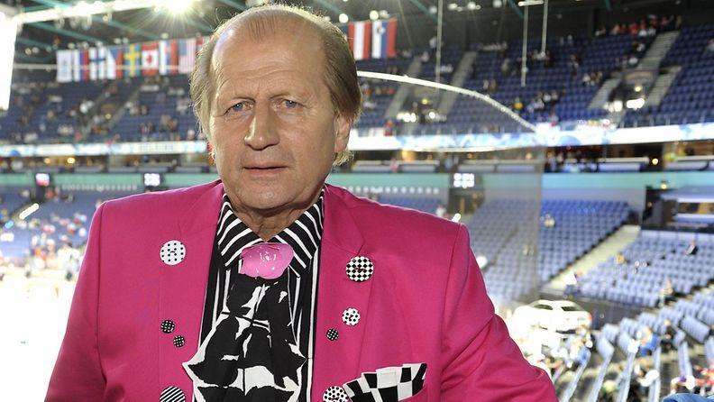Aurinkokuningas, tyyli-ikoni Juhani Tami Tamminen valmiina Suomen ja Venäjän väliseen otteluun jääkiekon MM-kisoissa Helsingissä 10. toukokuuta 2013.