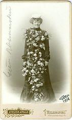 """Ylioppilasmuotia vuodelta 1902. Kuvassa on Oulun ruotsalaisen tyttökoulun ylioppilas Estrid """"Etta"""" Wennerström."""