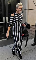 Laulaja Miley Cyrus luottaa mustavalkoiseen.