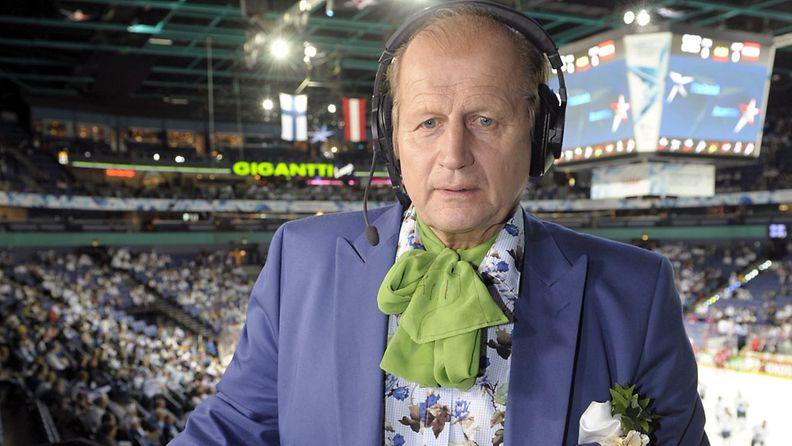 Aurinkokuningas, tyyli-ikoni Juhani Tami Tamminen ennen Suomen ja Itävallan välistä alkusarjan ottelua jääkiekon MM-kisoissa Helsingissä 11. toukokuuta 2013.