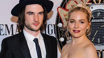 Tom Sturridge ja Sienna Miller ovat kuin kaksi marjaa.