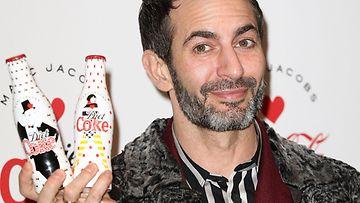 13.3.2013: Marc Jacobs suunnittelemiensa Diet Coke -pullojen lanseerauksessa Lontoossa.