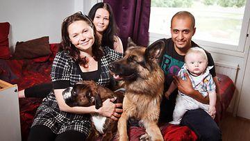 Perhe Fahmi. Kuvassa Sanna Fahmi, tytär Janette Valkeapää, Mena Fahmi ja lapsenlapsi Pyry.