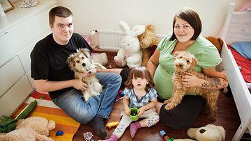 Erilaisten äitien ensimmäisessä nähdään perhe Harkiman (Jenny, Mikka ja Bella) elämää.