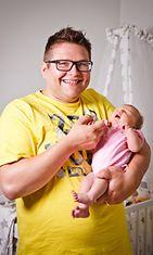 Otto Riikonen sylissään Siiri-vauva.