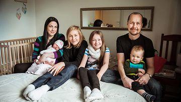 Perhe Auvinen: Anette (sylissä vauva), Aleksanteri, Aleksantra, Anthony ja Markku-isä.