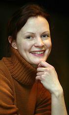 2002: Näyttelijä Minna Haapkylä esittää rikospoliisi Maria Kalliota televisiosarjassa.