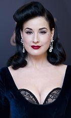 Marraskuu 2012: Dita Von Teese alusvaatemallistoansa edustamassa.