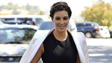 Kim Kardashian matkalla kirkkoon.