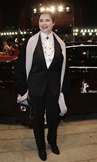 Isabella Rossellini pukeutui jälleen naisellinen miehekkäästi Berliinissä 2011.