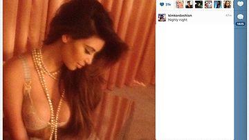 Kim Kardashian poseerasi alusvaatteissa.