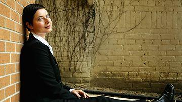 'The Saddest Music In The World'-elokuvassa näytellyt nainen poseerasi vienosti kameroille 2003.
