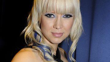 Vaalea Johanna Koivu vuonna 2009. Sininen väri sopi loistavasti vaaleahiuksiselle naiselle.
