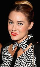 Muotisuunnittelija Lauren Conrad näyttää uskottavalta punaisin huulin.