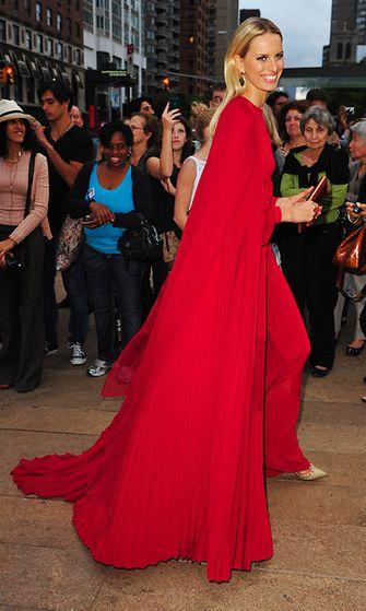 Malli Karolina Kurkova saapuu New York City Balletin gaalaan.