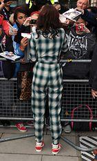 27.9.2012: Jessie J poistuu radiohaastattelussa ruudullisessa haalarissa.