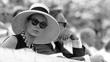 1960: Monacon ruhtinatar Grace Kelly seuraa Roomassa vuoden 1960 kesäolympialaisia vierellään miehensä Monacon hallitsija Rainier III.