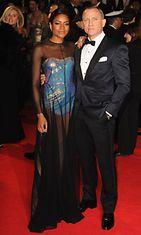 Tuore Bond-kasvo Naomie Harris itse Bondin kainalossa.