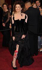 Helena Bonham Carter vilautteli lippua Academy Awardseissa helmikuussa 2011.