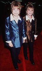 1998: Mary-Kate Olsen ja Ashley Olsen Spiceworld-elokuvan ensi-illassa.