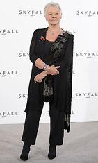 Judi Dench uusimman James Bond -elokuvan mediatilaisuudessa 2011.