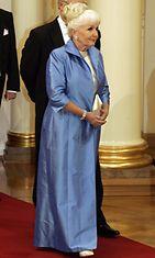 ITSENÄISYYSPÄIVÄ 2004: Linnan juhliin saapumassa tapakouluttaja Kaarina Suonperä sinisissään.