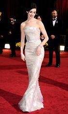 Anne Hathaway loisti Oscar-gaalassa 2009 helmenharmaassa puvussa.