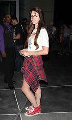 Lana Del Rey edusti Red Hot Chilli Peppersien keikalla ACDC-paidassa ja punaisissa converseissa.