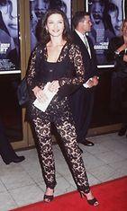 Catherine Zeta JonesA Long Kiss Goodnight -elokuvan ensi-illassa 1996