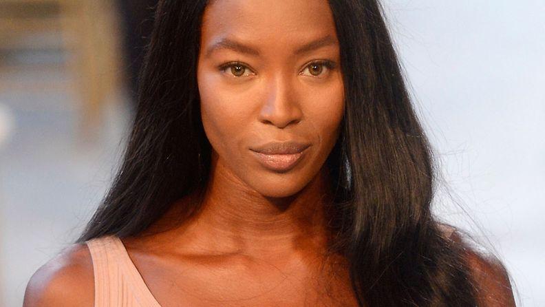 Huippumalli Naomi Campbell Zac Posenin muotinäytöksen mallina.