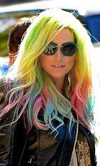 Kesha on värjännyt vastikään koko hiuskuontalonsa sateenkaaren värein.