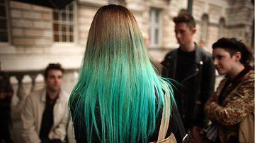 Lontoon muotiviikoilla yleisössä nähtiin liukuvärjättyä turkoosia.