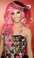 Audrey Kitching osallistui vuonna 2009 Hello Kitty 35th anniversary celebration -tilaisuuteen vaaleanpunaisine hiuksineen.