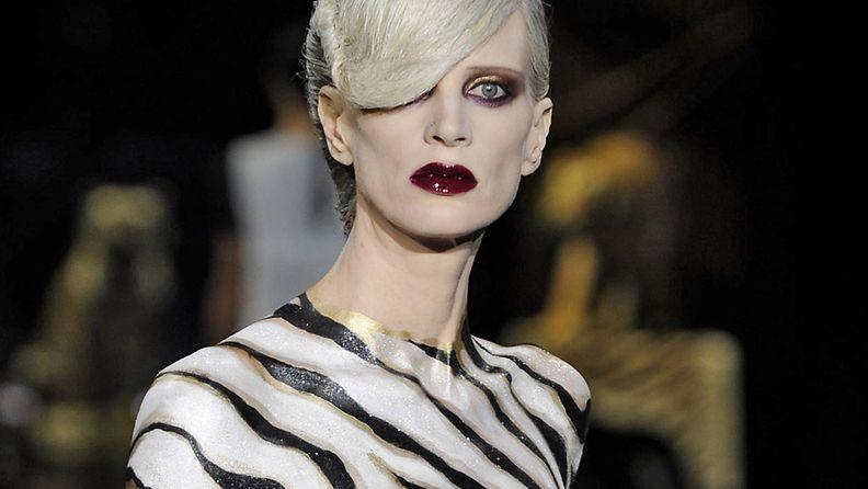 6.10.2010: Supermalli Kristen McMenamy Louis Vuittonin muotinäytöksen mallina Pariisin muotiviikoilla 2010.