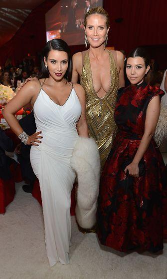 Kim Kardashian siskonsa Kourtney Kardashianin ja huippumalli Heidi Klumin kanssa Elton Johnin Oscar-juhlissa 2013.
