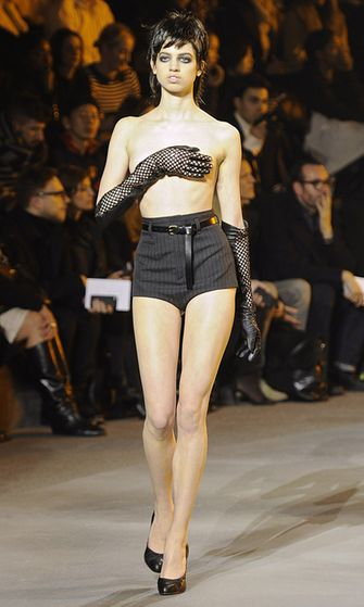 19.2.2013: Lily McMenamy Marc Jacobsin muotinäytöksessä New Yorkin muotiviikoilla.