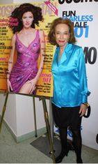 Helen Gurley Brown Cosmon Fun Fearless Female Awardseissa vuonna 2001.