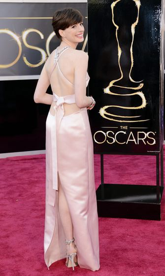 Anne Hathaway Pradan puvussa
