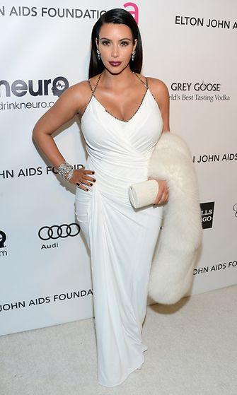 Kim Kardashian Elton Johnin Oscar-juhlissa 2013.