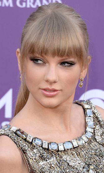 Huhtikuu 2013: Taylor Swift saapuu Country Music Awards -gaalaan.