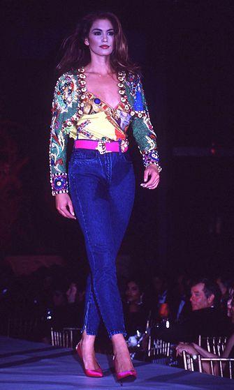 Cindy Crawford Vercasen muotinäytöksessä vuonna 1997
