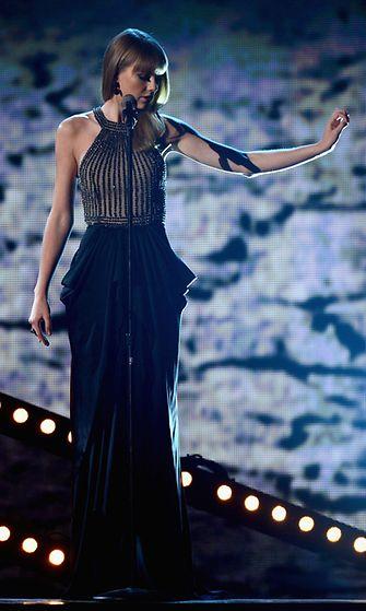 Huhtikuu 2013: Taylor Swift esiintyi Country Music Awards -gaalassa.