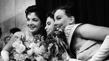 Miss Suomi 1958 Pirkko Mannola perintöprinsessoineen. Vas. toinen perintöprinsessa Anja Hatakka, oik. ensimmäinen perintöprinsessa Eva-Maija Sariola.