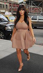 26.3.2013: Kim Kardashian vaaleanpunaisessa Lanvinin rusettimekossa, Christian Louboutinin korkokengissä ja Lorraine Schwartzin koruissa.