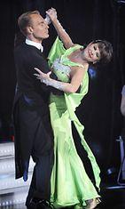 Tanssipari Pirkko Mannola ja Mika Jauhiainen lavalla Tanssii tähtien kanssa -ohjelmassa MTV3:n studiolla Helsingin Konalassa 26. huhtikuuta 2009.