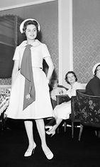 Pirkko Mannola esittelee naisten vaatemuotia muotinäytöksessä keväällä 1958.