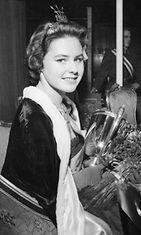 Pirkko Mannola, Miss Suomi 1958, juuri kruunattuna Helsingin messuhallissa